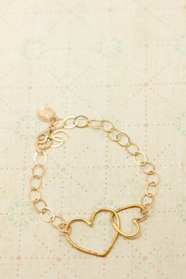 connected_hearts_bracelet_gold_01