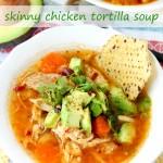 Questa zuppa di tortilla di pollo magro è pulita come viene, ma non preoccuparti solo perché manca molte calorie, non manca un po 'di sapore!