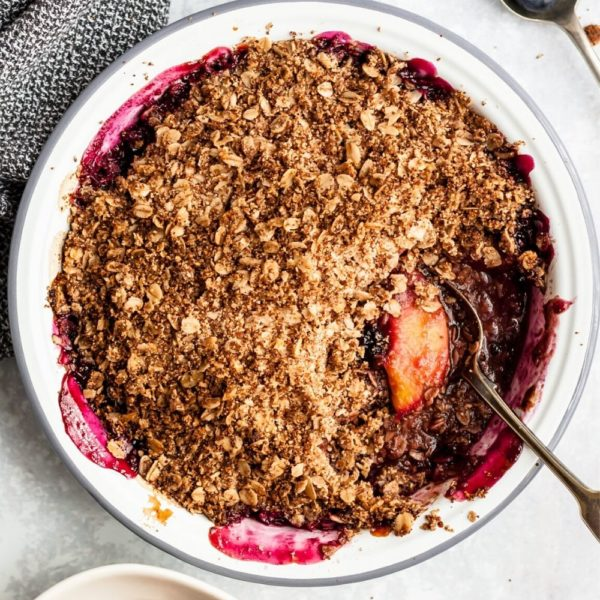 peach blueberry crisp cooked in a round pie plate