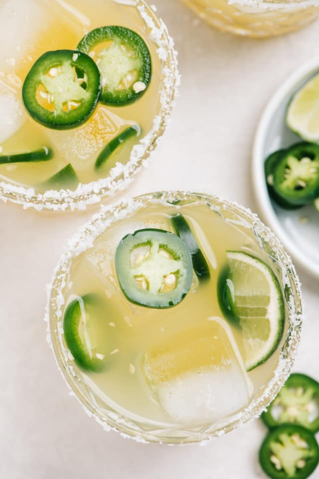 jalapeño margarita with jalapeño slices